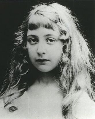 330px-Agatha_Christie_as_a_child_No_1_0.jpg